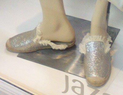 Alpargatas con brillo y flecos de Jazmin Chebar