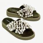 Sandalia de terciopelo con perlas de Zara